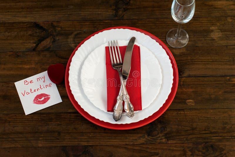 Porcja wakacje stół, łyżka, rozwidlenie, nóż, biel talerze zdjęcia royalty free