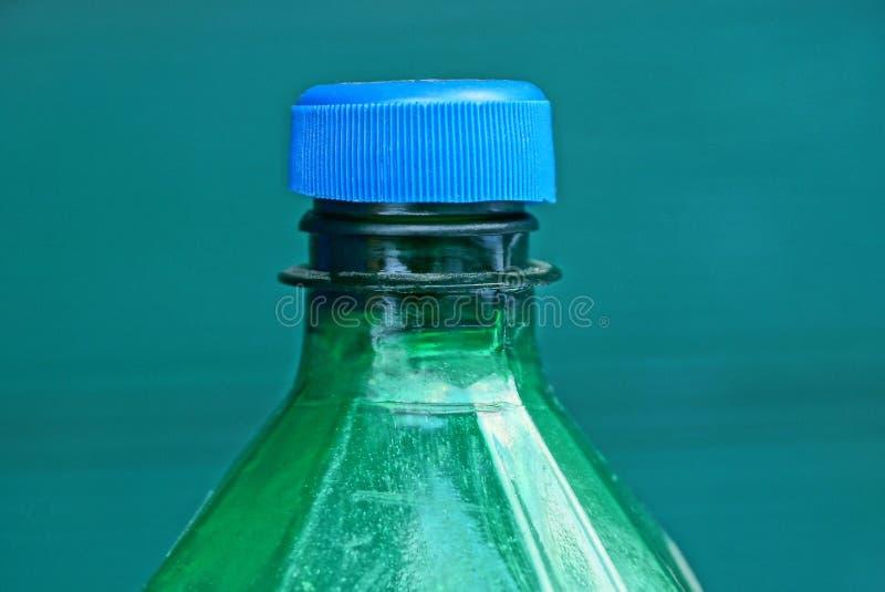 Porcja wielka zielona plastikowa butelka zakrywająca z błękitnym stopper fotografia royalty free