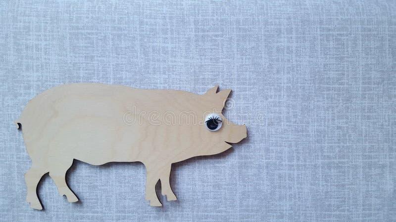 Porco 2019 do símbolo Uma placa de corte de madeira na forma de uma mentira do porco em uma toalha de mesa de linho Espaço vazio  fotografia de stock