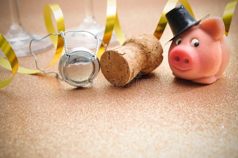 Porco e cortiça afortunados da garrafa do champanhe fotos de stock