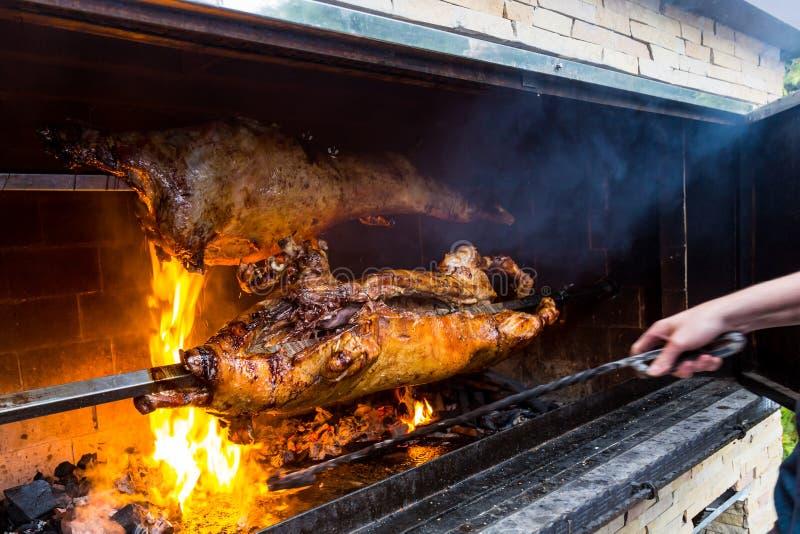 Porco em uma grade carvão e fogo tradicionais imagens de stock