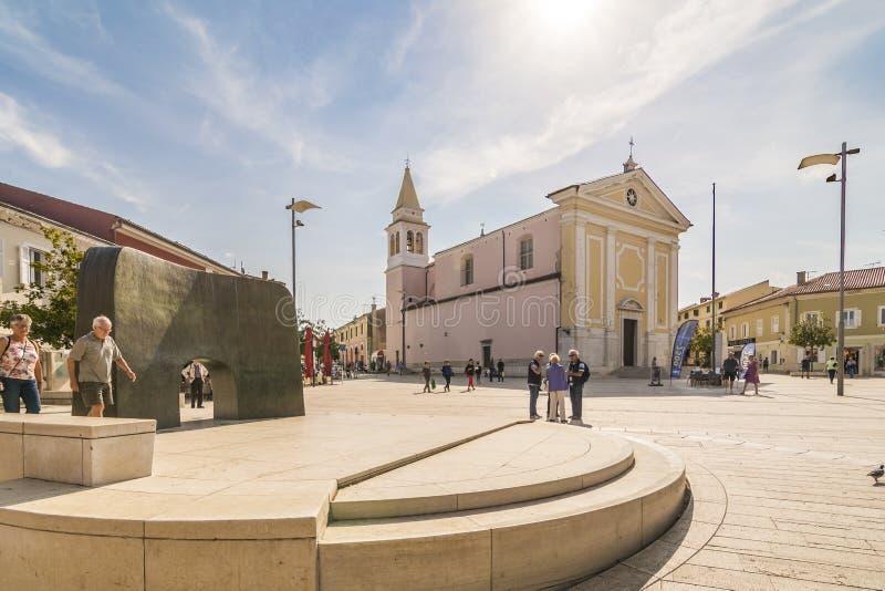 POREC,克罗地亚, 2017年9月24日:人我们的天使和采取时间的夫人参观教会在自由正方形 库存图片