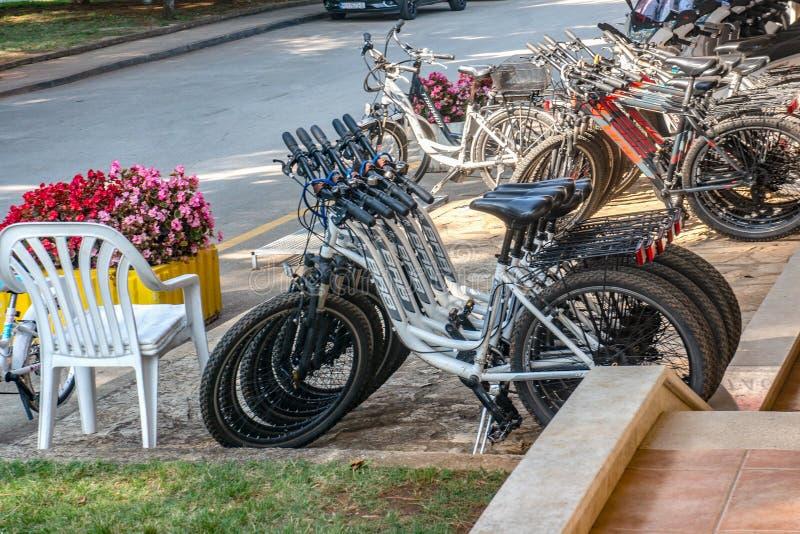 Porec, Croacia 29 de agosto de 2018: Aparcamiento de la bicicleta y alquiler de la bici en Porec en el verano del aire abierto imagen de archivo libre de regalías