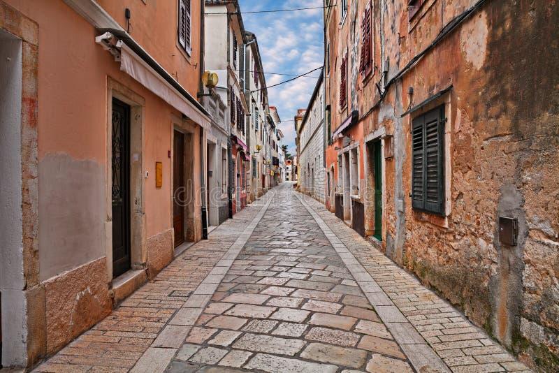 Porec, Istria, Croazia: vicolo antico nella vecchia città immagini stock
