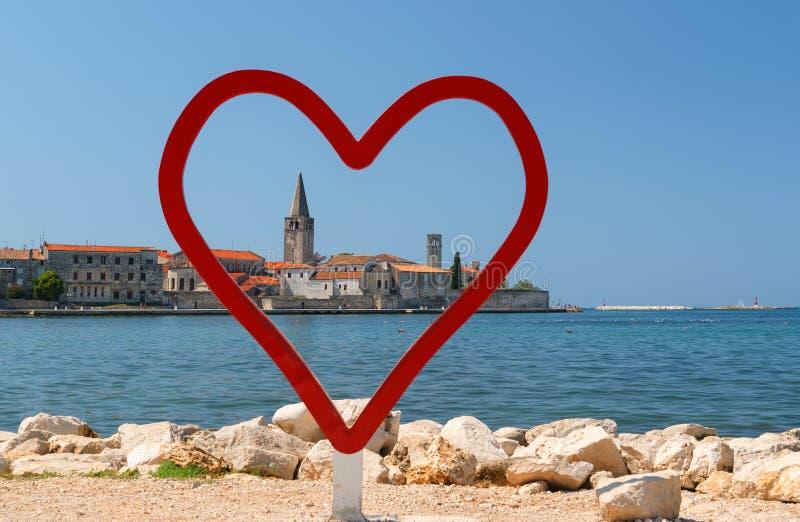 Porec Stadtbild wie durch das Herz gesehen, Liebesreisekonzept, Selfie Spot, Kroatien lizenzfreies stockfoto
