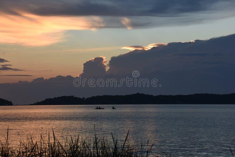 Pores do sol bonitos dentro dos grandes lagos de Michigan fotografia de stock