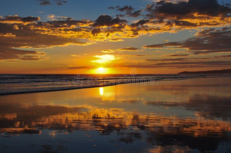 Pores do sol bonitos do EL Cuco de Playa, El Salvador fotos de stock
