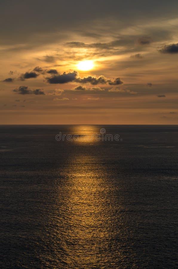 Pores do sol no mar em Tailândia foto de stock