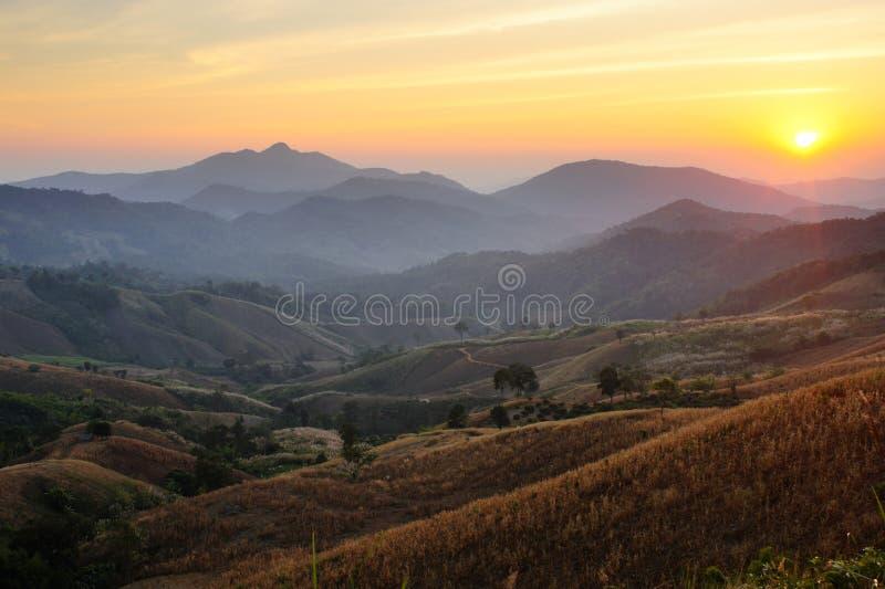 Pores do sol sobre montanhas e vale foto de stock royalty free