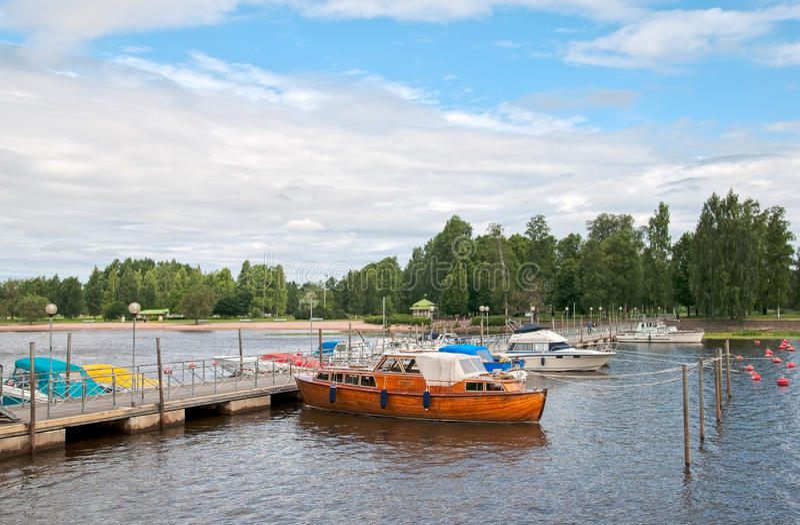Pori finland Parque da ponte pedestre e da cidade fotografia de stock
