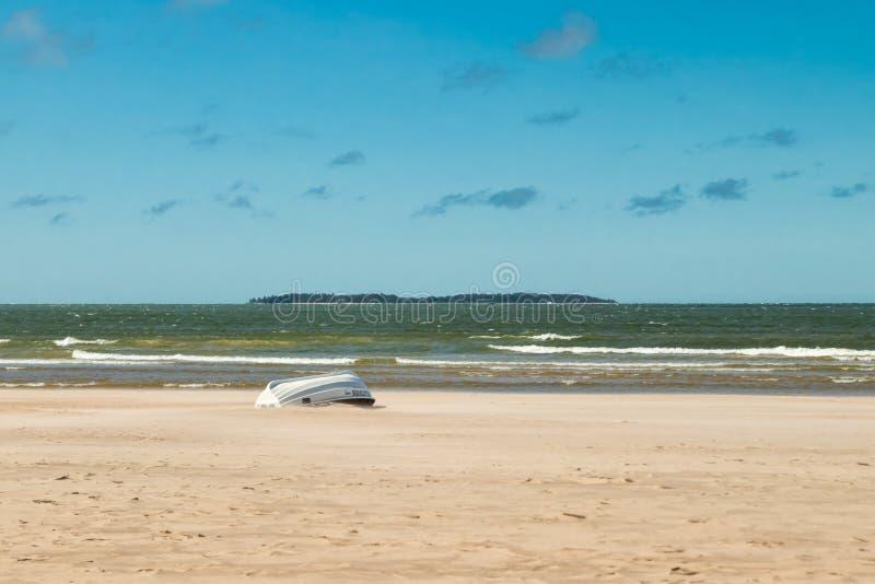 Pori, Finlandia - 27 Czerwiec, 2019: Lifeboat na pięknej piaskowatej plaży Yyteri przy latem, w Pori, Finlandia obraz stock