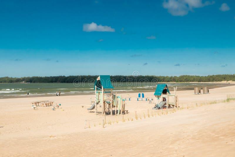 Pori, Finlandia - 27 de junho de 2019: Campo de jogos das crianças no Sandy Beach bonito Yyteri no verão, em Pori, Finlandia foto de stock royalty free