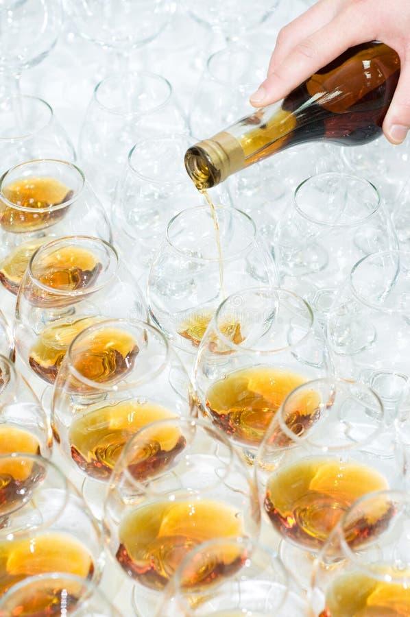 Poring el brandy foto de archivo