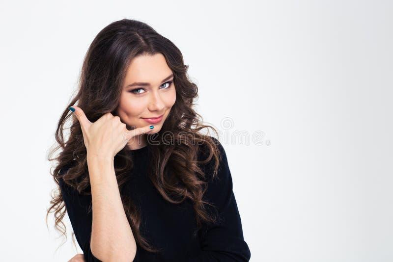 Poritrait de uma mulher bonita que mostra o sinal chamar-me fotografia de stock royalty free