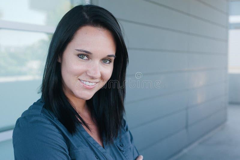 Poritrait van een vrij jonge vrouw stock foto