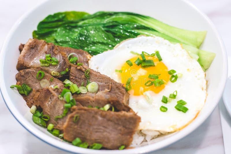 Porky Bowl Homemade char siu com arroz e o sol virado para cima e peneira imagem de stock