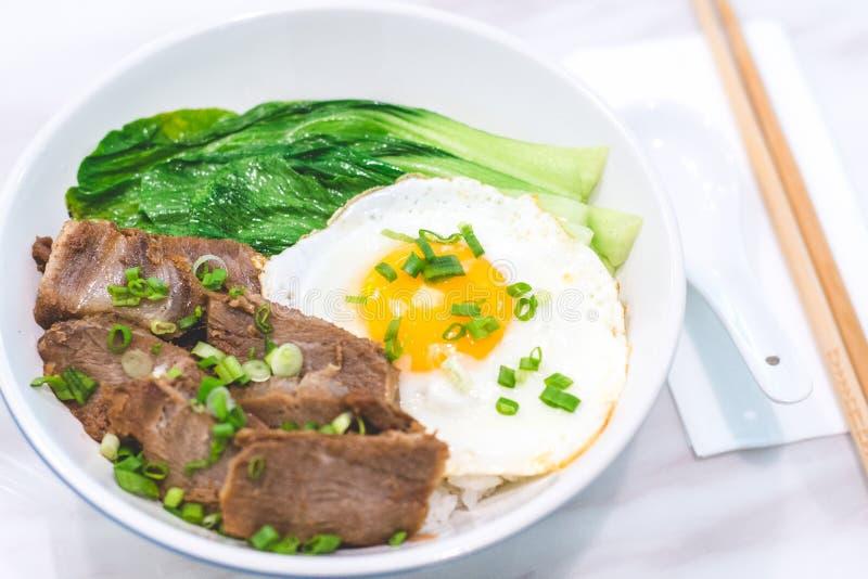 Porky Bowl Homemade char siu com arroz e o sol virado para cima e peneira fotografia de stock royalty free