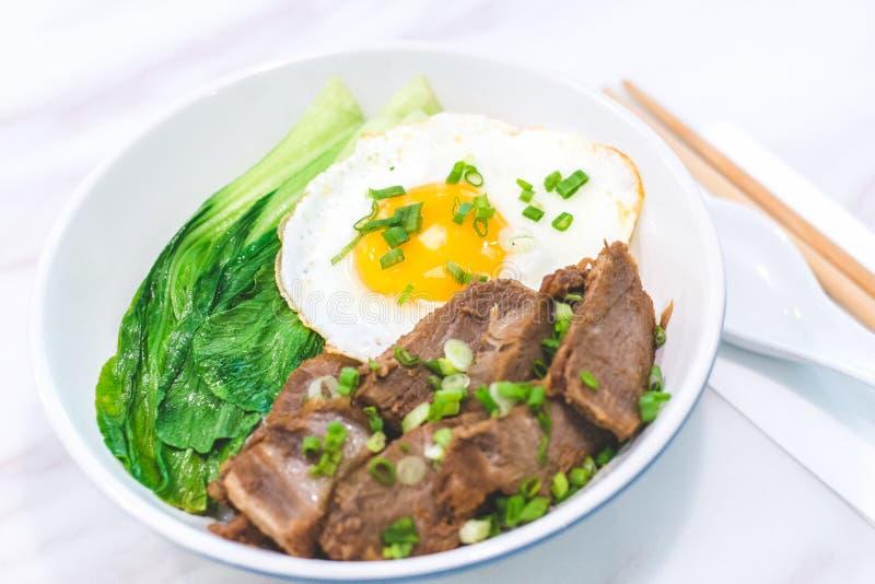 Porky Bowl Homemade char siu med ris och solig sida upp och siew pak choy royaltyfri fotografi