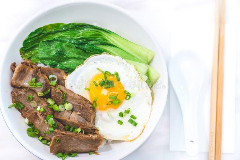 Porky Bowl Homemade char siu med ris och solig sida upp och siew pak choy arkivfoton