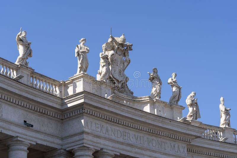 Pormenores das esculturas de Basilica San Pietro em Roma Itália foto de stock
