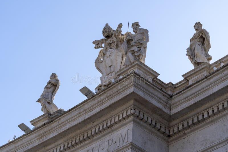 Pormenores das estátuas de Peter Basilica, santo do Vaticano, em Roma, Itália imagem de stock royalty free