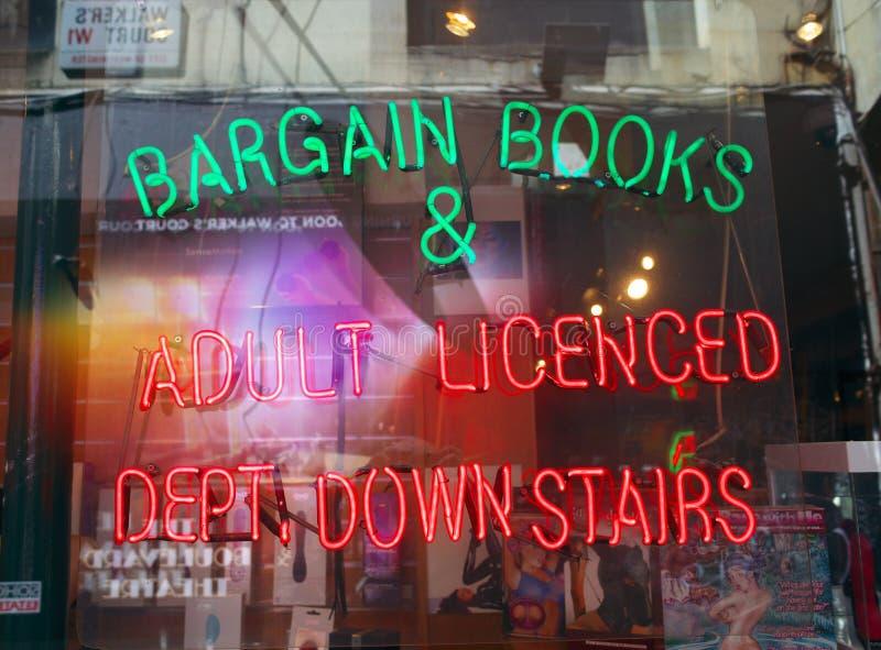Pornografi shoppar fönsterskärm arkivbilder