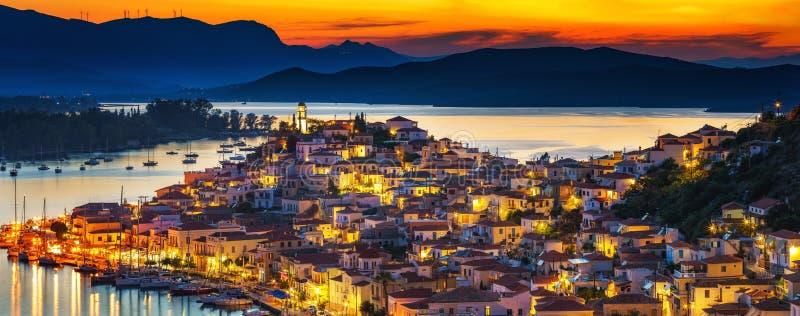 Poros bij nacht, Griekenland stock afbeelding