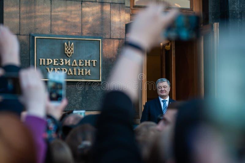 Poroshenko tackade ukrainare som kom att tacka honom och stötta honom arkivfoton