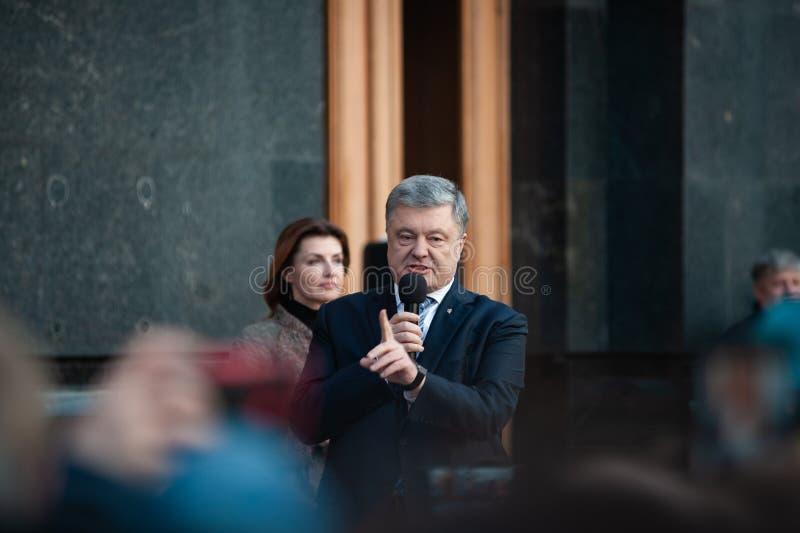 Poroshenko tackade ukrainare som kom att tacka honom och st?tta honom arkivfoton