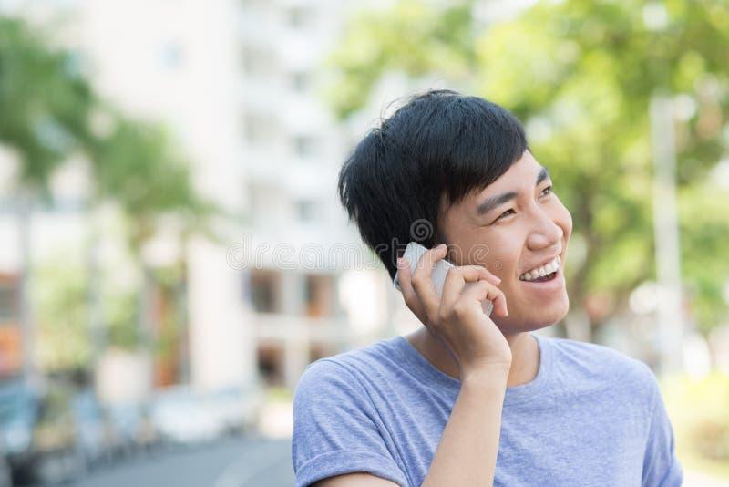 Download Porozmawiać z telefonu obraz stock. Obraz złożonej z osoba - 41953339