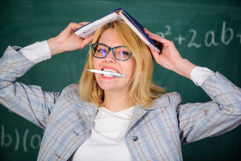 Porqué el profesor abandonó de enfermo con la tensión Rutina diaria de la escuela Tensión y quemadura del profesor Trabajo excesi fotos de archivo