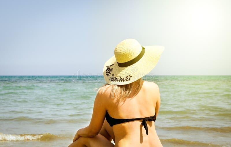 Porque relaxar na praia é sua atividade favorita foto de stock royalty free