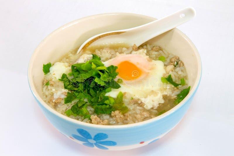 Porridge con carne di maiale, uovo della stella fotografia stock libera da diritti