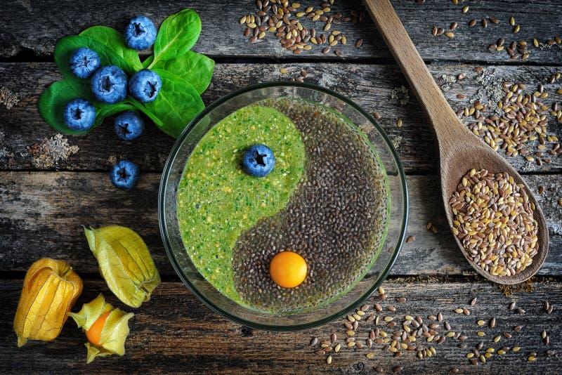 Porridge crudo del seme di lino con il chia immagini stock