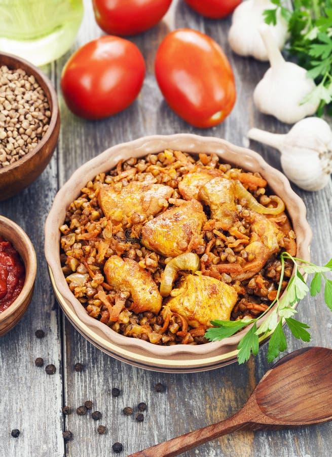 Porridge del grano saraceno con carne e salsa al pomodoro fotografia stock libera da diritti