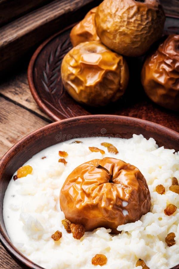 Porridge del riso con le mele fotografia stock