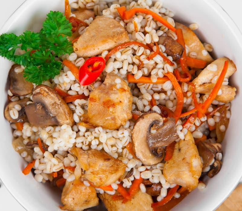 Porridge dell'orzo con, carne, funghi e carote immagine stock