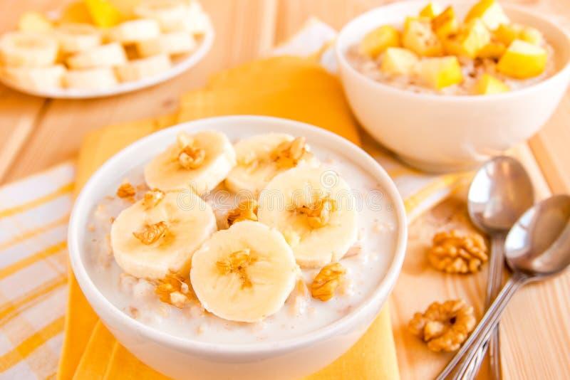 Porridge della farina d'avena con i frutti ed i dadi immagini stock libere da diritti