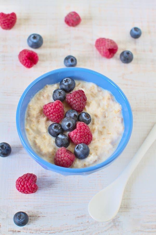 Porridge della farina d'avena con le bacche fotografia stock