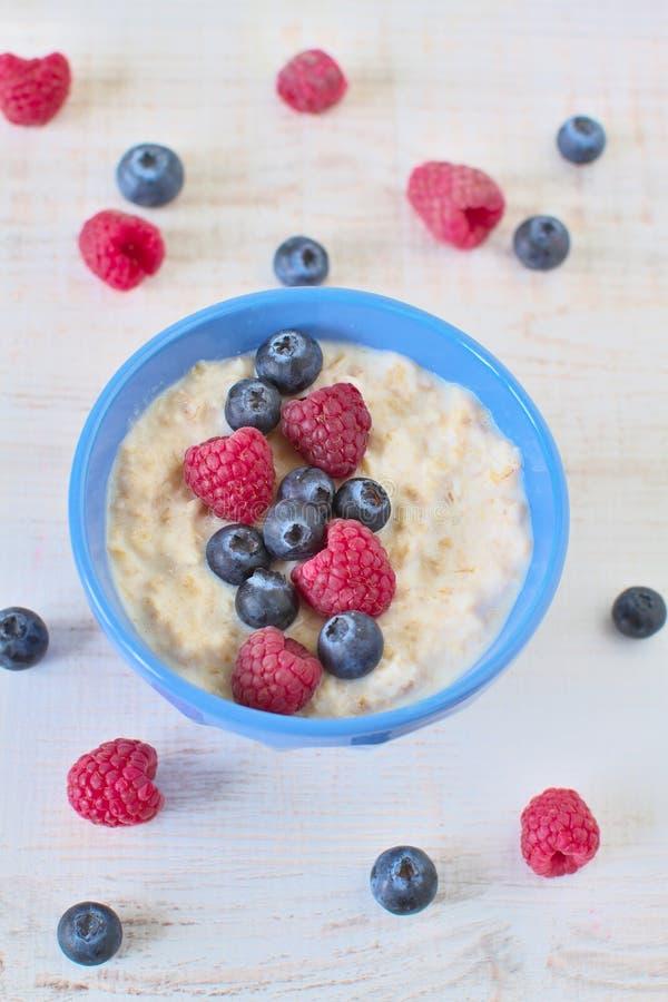 Porridge della farina d'avena con le bacche immagine stock
