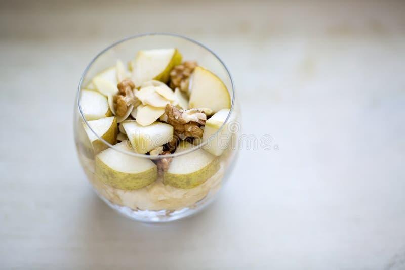 Porridge della farina d'avena condito con la banana schiacciata, completata con affettato fotografia stock libera da diritti