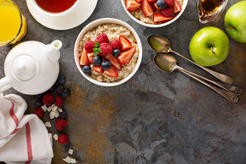 Porridge della farina d'avena del taglio dell'acciaio con le bacche fresche fotografia stock libera da diritti