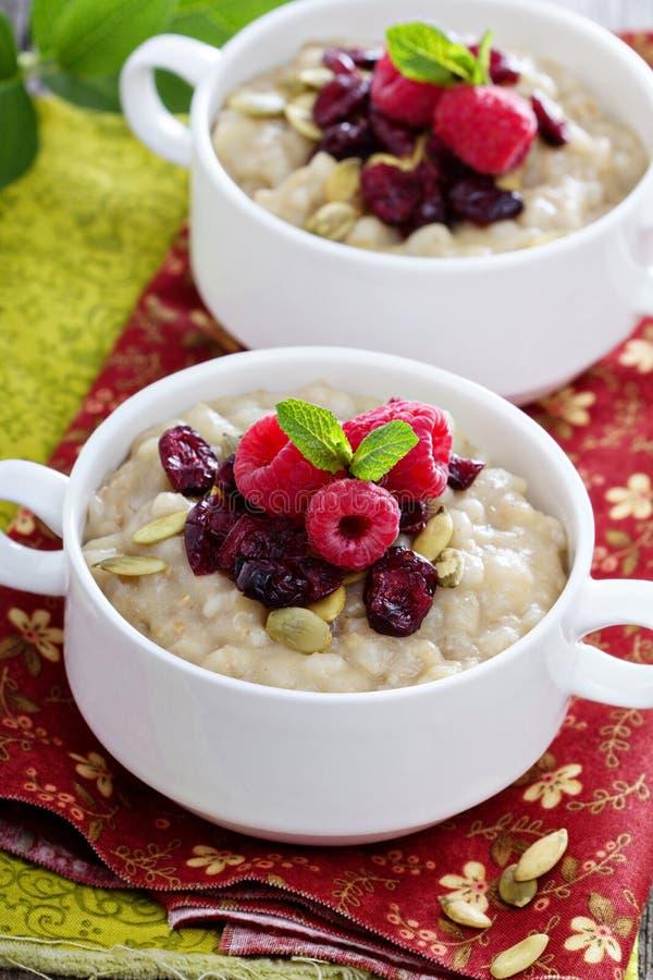 Porridge Della Prima Colazione Con Orzo, Farina Di Mais E L'avena ...