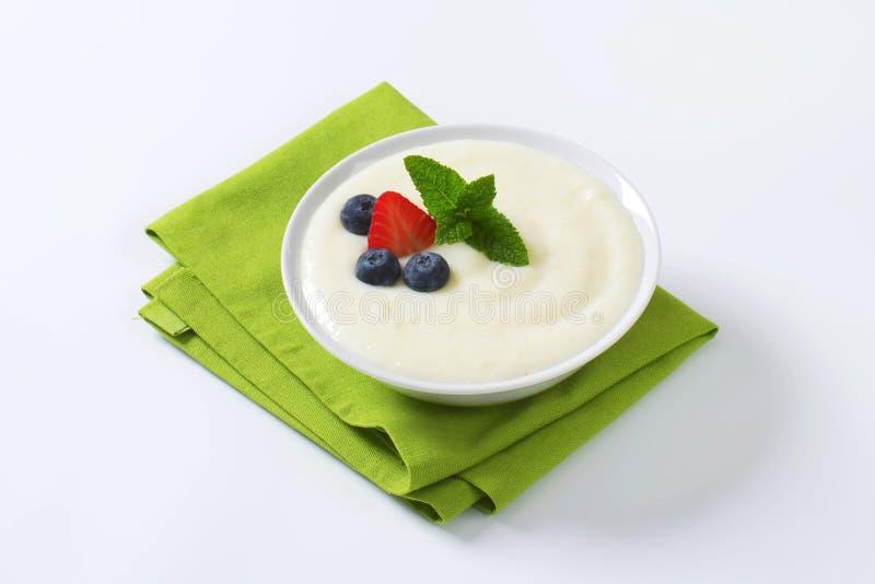 Porridge liscio del semolino con frutta fresca immagine stock