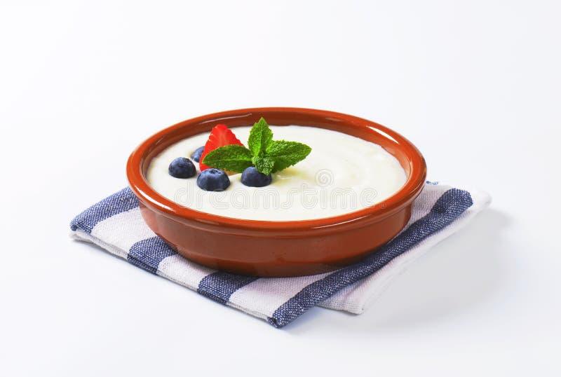 Porridge liscio del semolino con frutta fresca fotografia stock