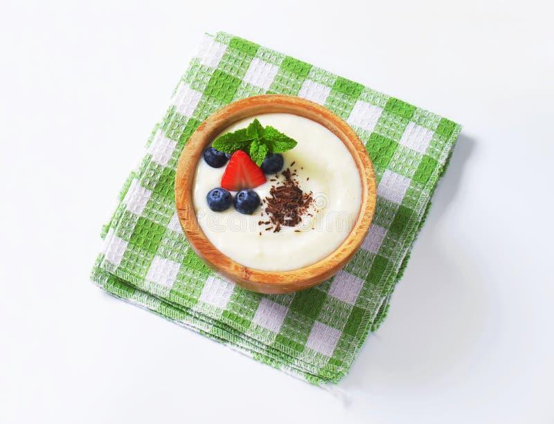 Porridge liscio del semolino con frutta fresca e cioccolato immagini stock libere da diritti