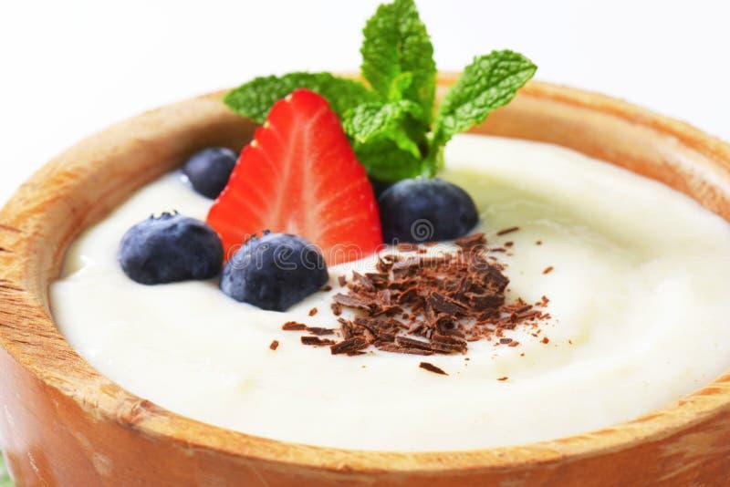 Porridge liscio del semolino con frutta fresca e cioccolato immagini stock
