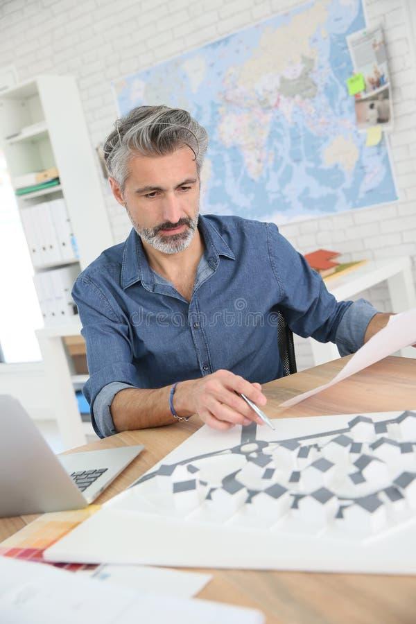 Porrtait av att le arkitekten i regeringsställning på arbete arkivfoto