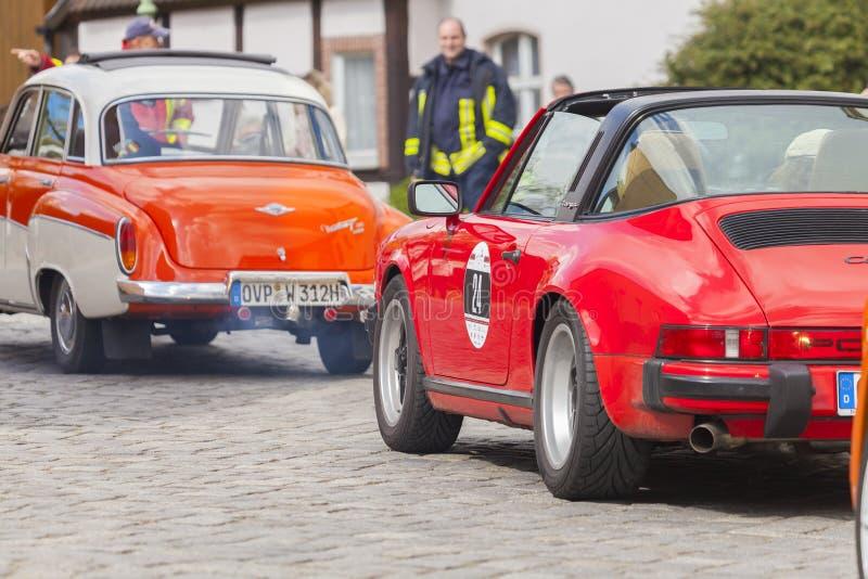Porsche 911 aandrijving langs een straat op een oldtimerfestival royalty-vrije stock afbeeldingen
