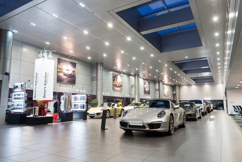 Porsche-Autos für Verkauf im Ausstellungsraum lizenzfreies stockfoto